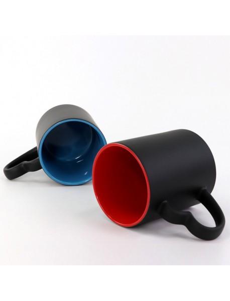 Cană termosensibilă neagră cu interior roșu și toartă inimioară