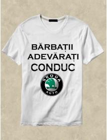Tricou personalizat alb - Bărbații adevărați conduc Skoda